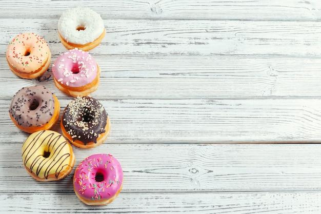 Donuts vitrificados em fundo de madeira Foto Premium