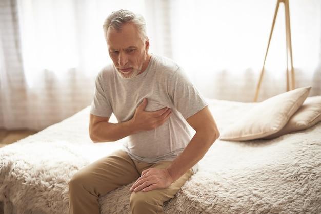 Dor cardíaca de hartache no paciente envelhecido na manhã. Foto Premium