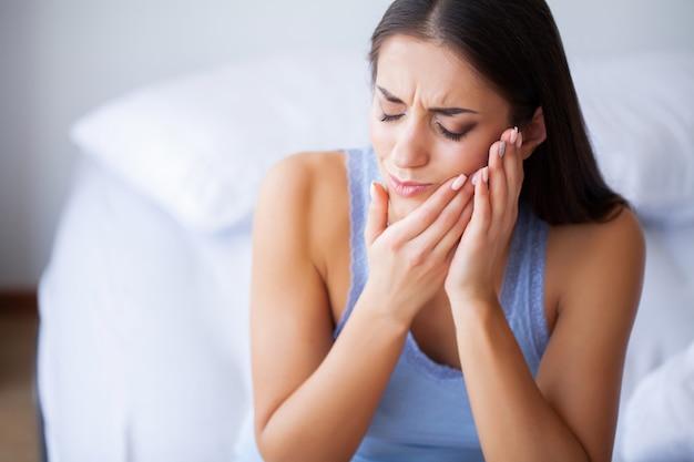 Dor de dente. mulher bonita, sentindo dor forte, dor de dente Foto Premium