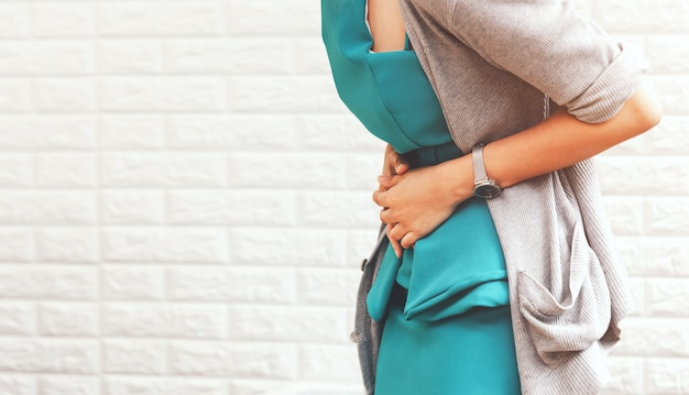 Dor de estômago mulher Foto Premium
