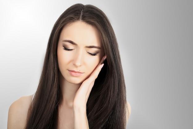 Dor de garganta. mulher bonita com dor de garganta, sentindo-se doente. fêmea doente infeliz que sofre de dolorosa deglutição, forte dor na garganta, segurando a mão no pescoço. conceito de saúde. Foto Premium