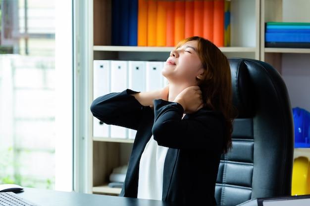 Dor de pescoço jovem mulher trabalhadora Foto gratuita