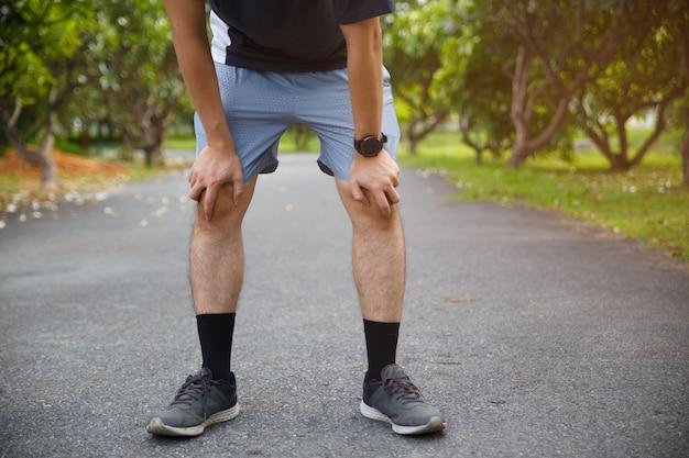 Dor e lesão no joelho do atleta corredor masculino Foto Premium