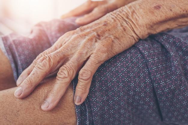 Dor muscular de mulher velha. Foto gratuita