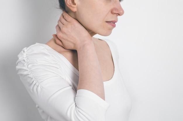 Dor na coluna no pescoço. fadiga. Foto Premium