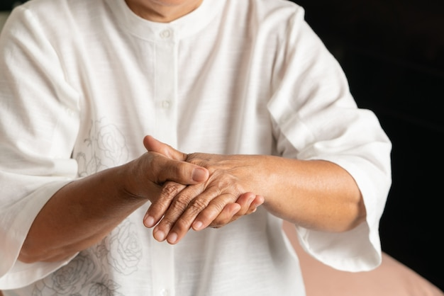 Dor na mão da velha, problema de saúde do conceito sênior Foto Premium