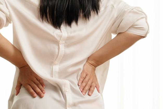 Dor nas costas em casa. as mulheres sofrem de dor nas costas. conceito de saúde e médico Foto Premium