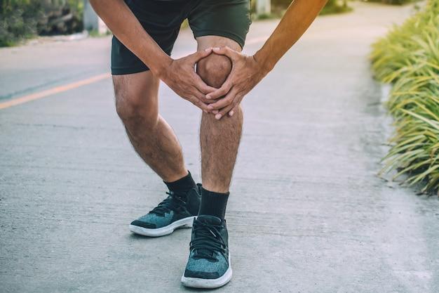 Dor no joelho corredor quando correr, pessoas esporte saudável Foto Premium