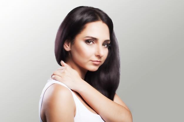 Dor no ombro. a mulher segura as duas mãos sobre o pescoço e os ombros. luxação. frio. tensão muscular. Foto Premium