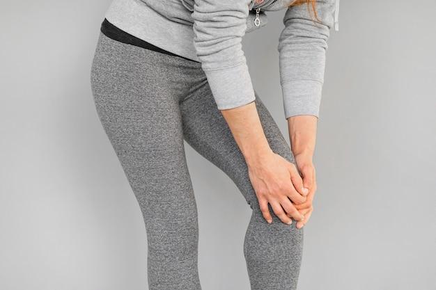 Dor nos joelhos de uma mulher Foto Premium