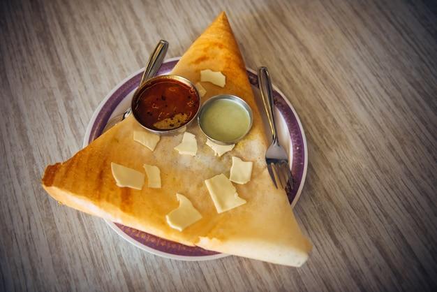 Dosa com chutney e sambar. dosa de queijo prato indiano. Foto Premium