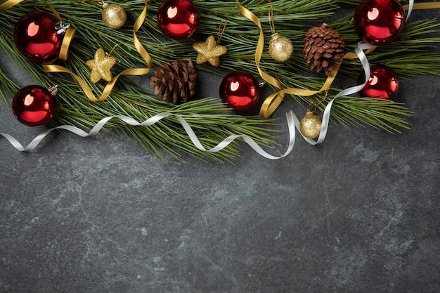 Dourado, natal, comemorar, decorativo, com, dourado, fita vermelho, bola, apartamento, colocar, vista superior Foto Premium