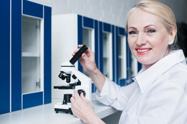 Doutor, analisando, com, um, microscópio Foto gratuita