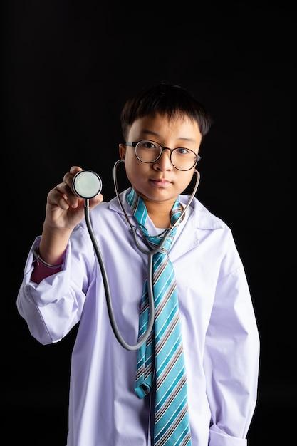 Doutor asiático, menino, com, um, estetoscópio, em, mão Foto gratuita