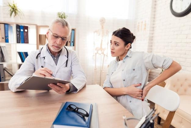 Doutor com estetoscópio e paciente do sexo feminino no escritório. Foto Premium