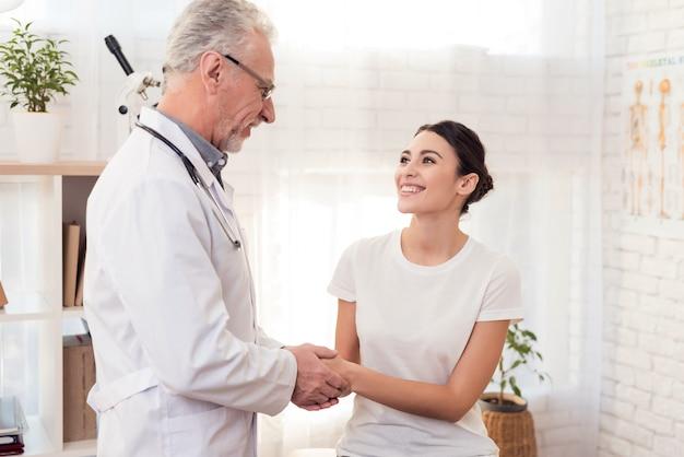 Doutor com o estetoscópio com o paciente fêmea no escritório. Foto Premium
