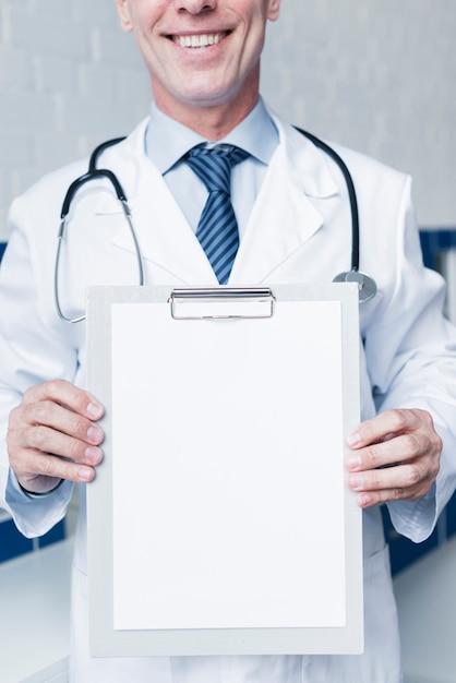 Doutor, com, um, relatório médico Foto gratuita
