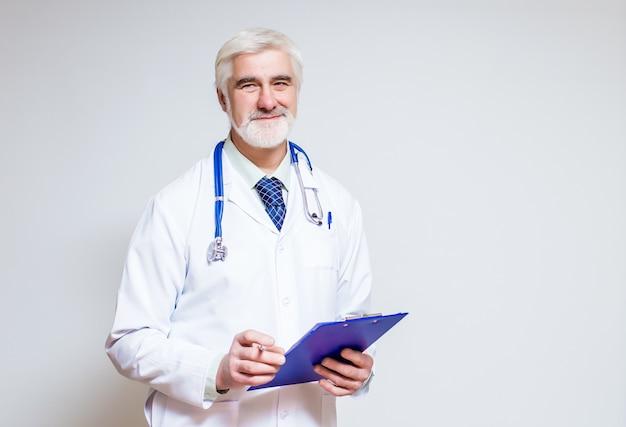 Doutor em pé com uma pasta e um estetoscópio Foto gratuita