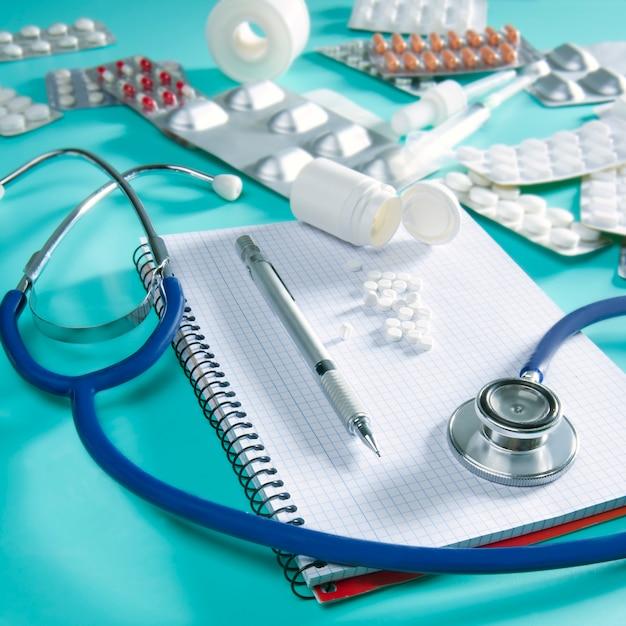 Doutor, escrivaninha, local trabalho estetoscópio, caderno espiral Foto Premium