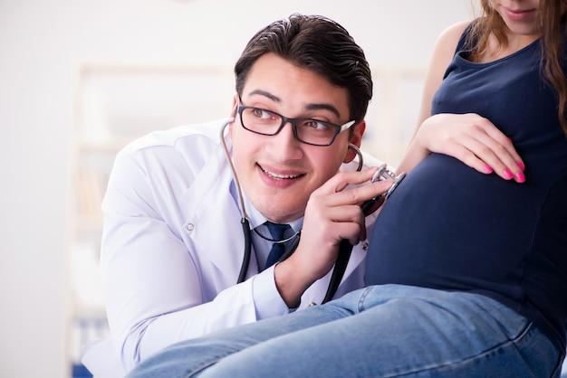 Doutor examinando paciente mulher grávida Foto Premium