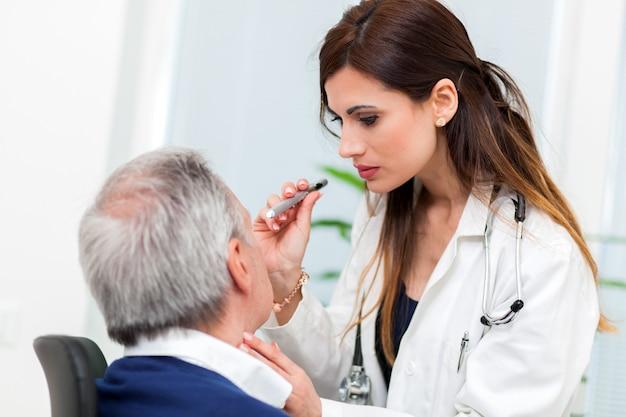 Doutor, examinando, sênior, macho, paciente, olhos Foto Premium