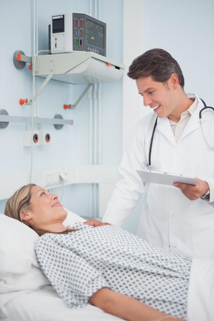 Doutor, falando, seu, paciente Foto Premium