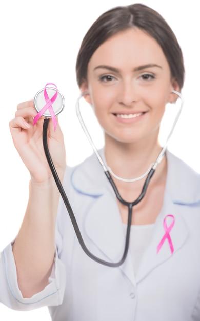 Doutor fêmea com a fita cor-de-rosa da conscientização do câncer da mama. Foto Premium