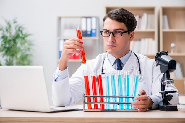 Doutor homem, trabalhando, em, a, laboratório Foto Premium