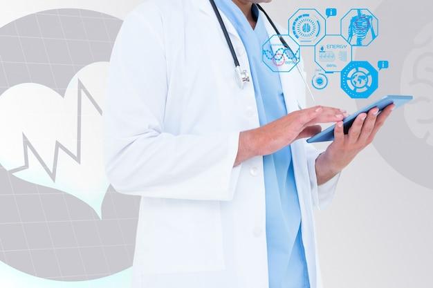 Doutor que revê um tablet Foto gratuita