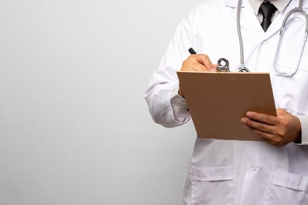 Doutor, segurando a prancheta com folha de papel. médico e estetoscópio. conceito de cuidados de saúde. Foto Premium