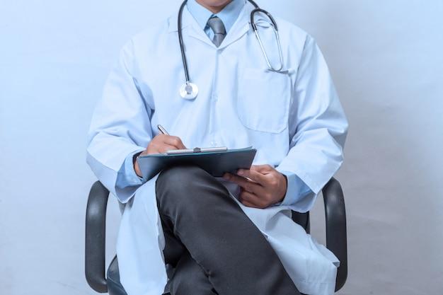 Doutor, segurando, área de transferência Foto Premium