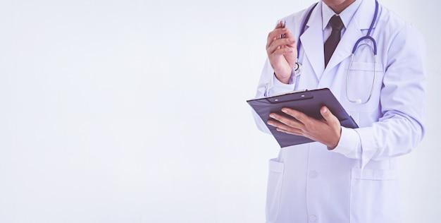 Doutor, segurando, um, área de transferência, com, prescrição Foto Premium