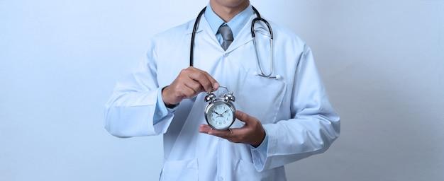 Doutor, segurando um relógio, conceito de tempo, medicina e saúde Foto Premium