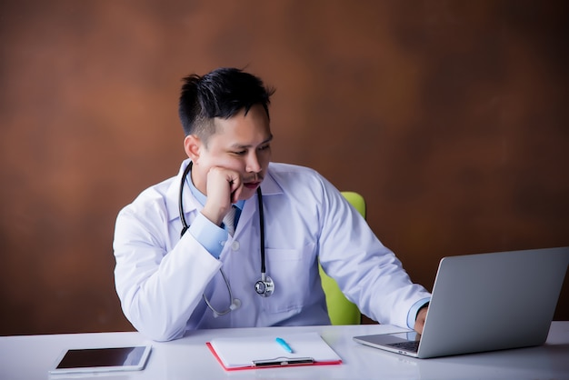 Doutor, trabalhando, com, laptop, computador Foto gratuita
