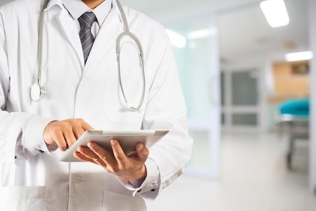 Doutor, usando, um, tablete digital Foto Premium