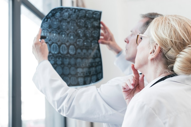 Doutores, analisando, um, radiografia Foto gratuita