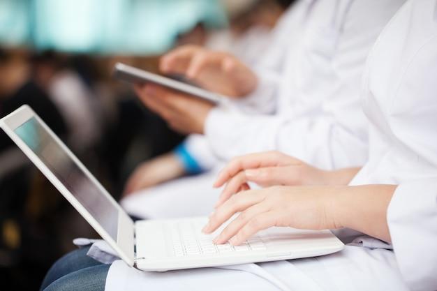 Doutores, com, laptop, e, almofada, ligado, a, conferência Foto Premium