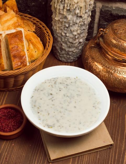 Dovga, yayla, sopa caucasiana feita de iogurte Foto gratuita