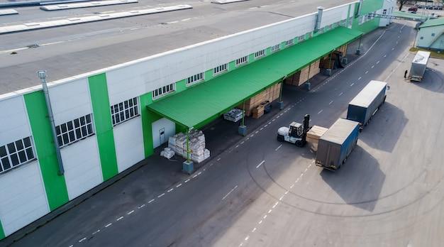 Download dos produtos na fábrica no caminhão Foto Premium