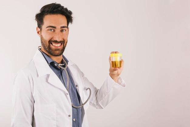 Dr. smiley com teste de urina Foto gratuita