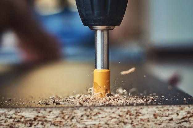 Drillig madeira com broca, processamento de madeira closeup Foto Premium