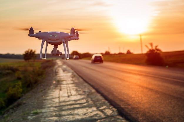 Drone ao lado de uma estrada Foto Premium