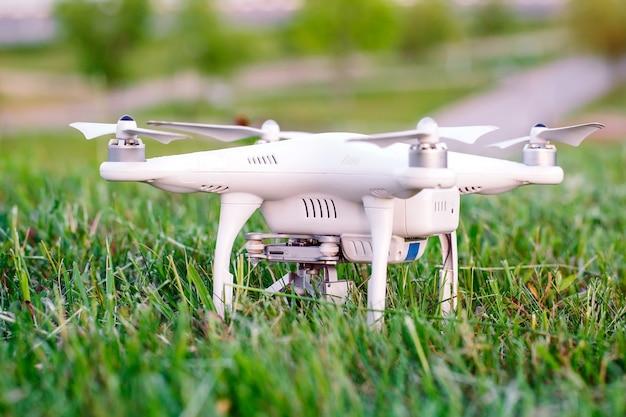 Drone com câmera na grama se preparando para voar Foto Premium