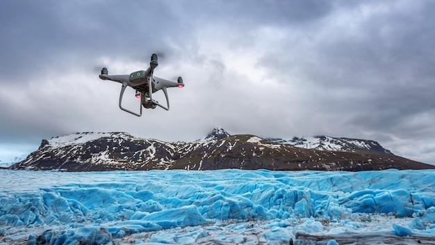 Drone com uma câmera está voando no iceberg. Foto gratuita