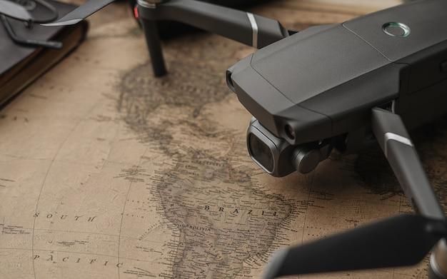 Drone no mapa antigo vintage Foto Premium