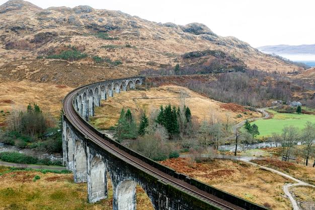Drone vista da bela estrada de ferro Foto gratuita