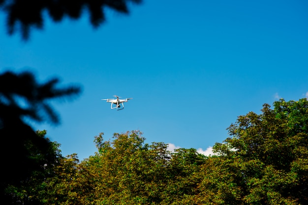 Drone voador na natureza. Foto Premium