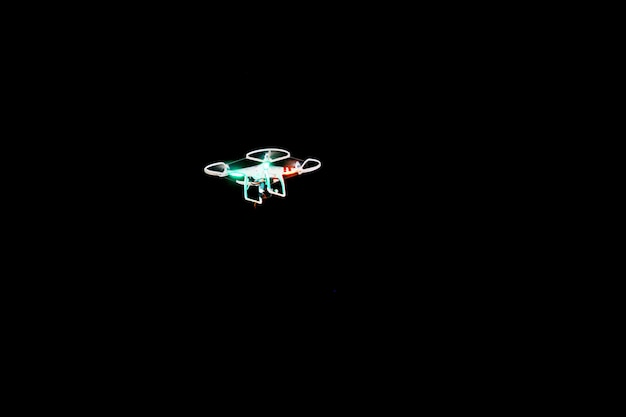 Drone voador no fundo preto Foto Premium