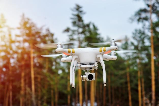 Drone voando sobre um fundo de árvores da floresta Foto Premium