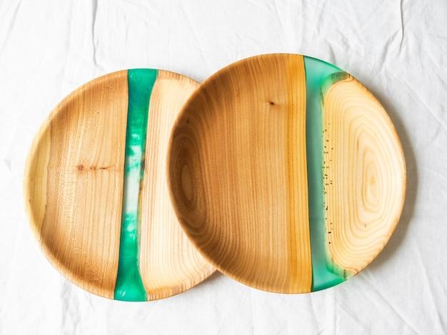 Duas bandejas redondas de madeira com inserções de resina verde Foto Premium